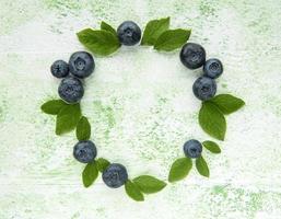 blåbär på en grön träbakgrund foto