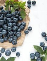 blåbär på vit kakel bakgrund foto
