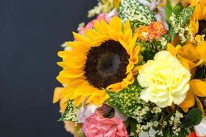 vacker bukett blommor färgglada, blomsterarrangemang foto