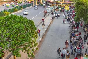 new-delhi delhi india- stor trafik med tuk tuks bussar och människor foto