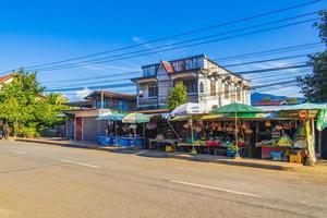 luang prabang, laos 2018- typisk färgstark matmarknad och stadsbilden i gamla stan luang prabang, laos foto