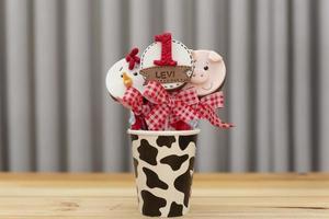 chokladklubbor dekorerade för barnets födelsedag foto