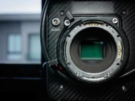 närbild av sensorglaset i en fullformat 4k filmkamera. foto