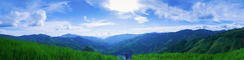 landskap naturliga vackra berg och blå himmel panorama foto