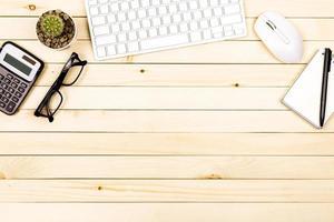 kontorsbord på modern arbetsplats med bärbar dator på träbord foto