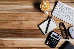 kontorsbord på modern arbetsplats med bärbar dator på trä foto