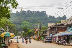 luang prabang, laos 2018- färgstark gata och stadsbilden i luang prabang, laos foto