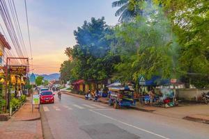 luang prabang, laos 2018- färgglada matmarknader på gatan stadsbild av luang prabang, laos foto