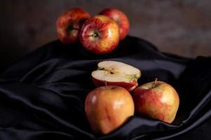 sammansättning av röda äpplen och svart satin foto