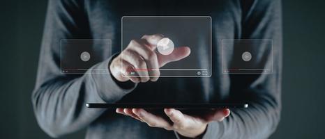 man använder surfplatta för att titta på video på internet, online streaming. foto