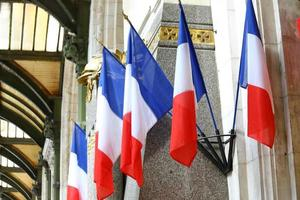 franska flaggan vid gare de lyon, paris foto