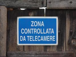 CCTV -kontrollerad kameraskylt på italienska foto