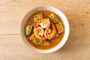 sur soppa gjord av tamarindpasta med räkor och vegetabilisk omelett foto