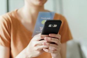kvinna som använder smart telefon för online shopping foto