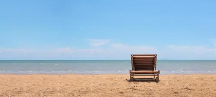 solstol på stranden med klart blå himmel bakgrund foto