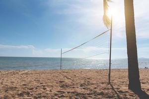 strand med volleybollnät. havslandskap och havskoncept foto