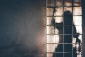kvinnans skugga reflekterar bakom spegeln foto