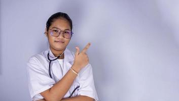 porträtt av en kvinnlig läkare med glasögon. foto