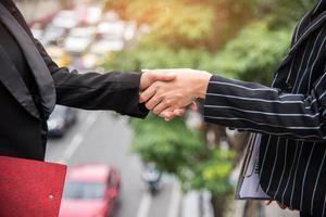 två affärskvinnor hand skakar på utomhus foto