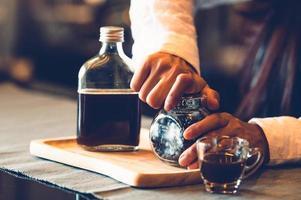 professionell kvinnlig barista handöppnande flaska kaffe foto