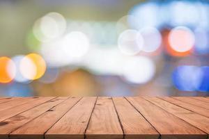 tomt träbord med färgglad abstrakt bokeh foto