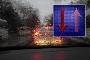 färgglada trafikvarningar och vägledningsskyltar gjorda med LED -lampor. foto