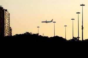 flygplan silhuett på vallen av flamengo i Rio de Janeiro, Brasilien foto