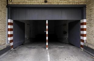 ingång till underjordiskt garage foto