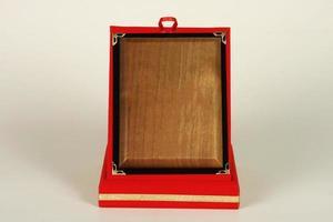 olika trä- och metallplattor för mästerskap och tävlingar foto