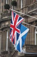 Förenade kungarikets flagga aka Union Jack och Skottlands flagga foto