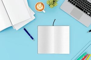 kontorsbord med labtop -dator foto