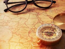 guld vintage kompass på vintage karta foto