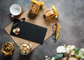 ovanifrån kaffekopp med kakor och svart marmor foto