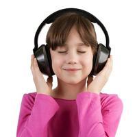 flicka som har kul att lyssna på musik på hörlurar foto