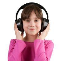 flicka som lyssnar på musik på hörlurar foto