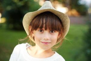 glad liten flicka i en hatt foto