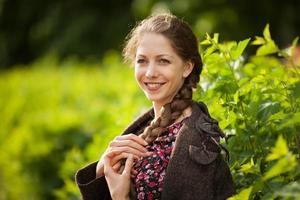 vacker glad ung kvinna med fläta foto