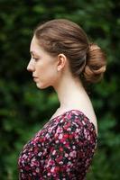 profil av vacker kvinna i en sommarklänning foto