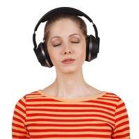 flicka med slutna ögon och lyssnar på musik foto