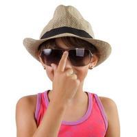 liten flicka i halmhatt och solglasögon foto