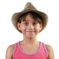 leende liten flicka i stråhatt foto