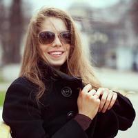 ung kvinna i glasögon ler roligt foto