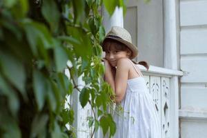 charmig tjej i hatt foto