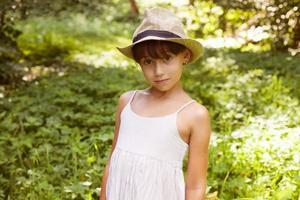 söt liten flicka i hatt foto