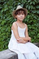 vacker söt tjej i en vit klänning foto
