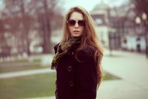 snygg tjej med långt hår och glasögon foto