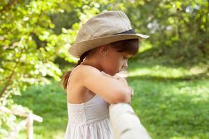 ledsen liten flicka i hatt foto