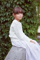 söt tjej i en vit klänning foto
