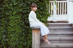 vacker liten flicka i klänning foto