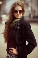 snygg tjej med långt hår som bär solglasögon foto